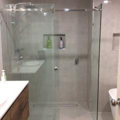 10mm-Frameless-Manhattan-Shower-Screen02